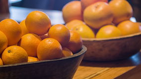 Селективный фокус на свежих апельсинах сток-видео