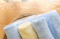 Селективный фокус полотенец в плетеной корзине дома Стоковое Изображение RF
