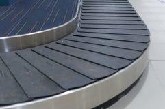 Селективный фокус, пустой carousel багажа в зале авиапорта Стоковое фото RF