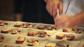 Селективный фокус: Шеф-повар работая в коммерчески кухне сток-видео