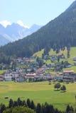 Село на стороне холма в фантастических Альпах Стоковая Фотография