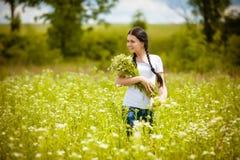 Сельская девушка в поле Стоковые Изображения RF