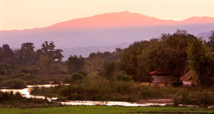 Сельская местность Таиланда около малого реки с сумерк, Чиангмай, Стоковые Фото