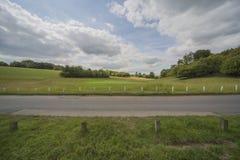 Сельская местность thorugh passinig дороги Стоковые Фото