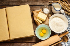 Сельские ингридиенты торта выпечки кухни и пустой кашевар записывают Стоковые Фотографии RF