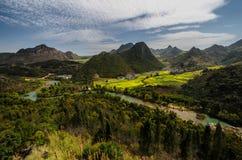 Сельские дорога и поле рапса с горой Стоковое Изображение