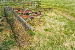 Сельский античный метод для заботы травы полей в деревне Стоковая Фотография RF