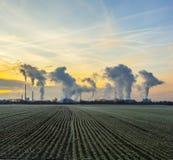 Сельский ландшафт с заводом индустрии за пределами Стоковые Изображения RF