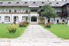 Сельский ландшафт с старым монастырем в Румынии Стоковое фото RF