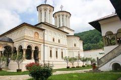 Сельский ландшафт с старым монастырем в Румынии Стоковые Изображения