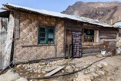 Сельский гастроном Стена сделанная путем соткать древесины и дверь сделанные тканью на долине Thangu и Chopta в зиме в Lachen Стоковые Изображения
