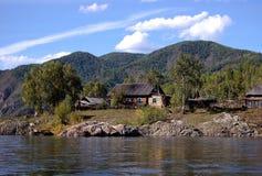 Сельский деревянный дом в удаленной русской деревне Стоковые Изображения