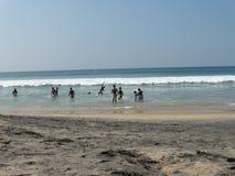 Сельский индийский подросток играя на океане приставает к берегу стоковые изображения rf