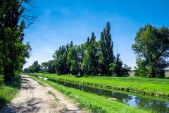 Сельский канал воды в лесе Стоковые Изображения