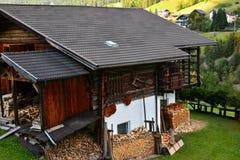 Сельский дом в итальянке Альпах с firewoods Стоковое Изображение RF