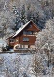 Сельский дом в снеге в солнечности стоковые изображения