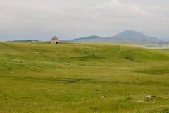 Сельский дом на зеленом холме Стоковое фото RF