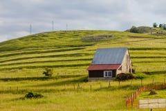 Сельский дом на зеленом холме Стоковые Фото
