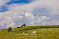 Сельский дом на зеленом холме Стоковое Изображение