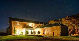 Сельский дом под звездами Стоковая Фотография