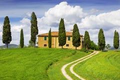 Сельский дом с кипарисами вокруг, Тоскана, Италия Стоковые Изображения RF