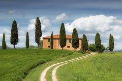 Сельский дом с кипарисами вокруг, Тоскана Стоковая Фотография