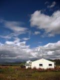 Сельский дом с облаками лета Стоковое Изображение RF
