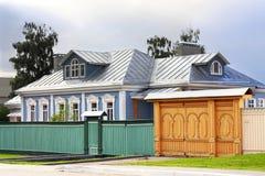 Сельский дом с палисадом Стоковая Фотография