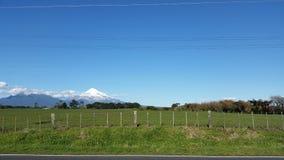 Сельскохозяйственное угодье Новая Зеландия Taranaki горы Стоковые Изображения RF