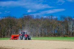 Сельскохозяйственные работы с трактором Стоковая Фотография RF