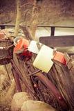 сельско Ржавый велосипед и старые блюда внешние Стоковые Фото