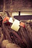 сельско Ржавый велосипед и старые блюда внешние Стоковые Изображения RF