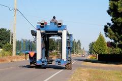 Сельско-хозяйственная техника на сельской дороге Стоковое фото RF