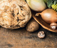 Сельдерей и овощи в шаре на деревянной предпосылке Стоковые Фото