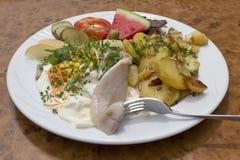 Сельди Matjes с шлихтой югурта и зажаренными картошками Стоковое Фото