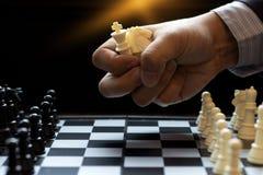 Сжатие бизнесмена много шахматной фигуры в руке для того чтобы сыграть шахмат Стоковое Изображение RF