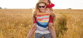 сжатое поле пар имеющ лето piggyback стоковые фото