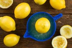 Сжимать свежий лимонный сок стоковые изображения
