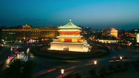 СИАНЬ, Китай - 12-ое апреля 2013: Промежуток времени колокольни Сиань, день к ночи видеоматериал