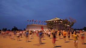 Сиань, Китай - 13-ое июля 2016 люди поют и танцуют вечером Площадь места Daming видеоматериал