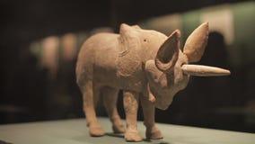 СИАНЬ Китай 30-ое мая 2012: Китайский старый дисплей культурной реликвии в музее Шэньси видеоматериал