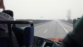 СИАНЬ КИТАЙ 4-ое февраля 2012: Автобус на шоссе сток-видео