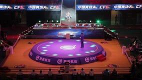 СИАНЬ - 16-ое июня: Игроки для свободной спички приходя на арену, 16-ое июня 2013 боя, города Сиань, провинции Шэньси, фарфора видеоматериал