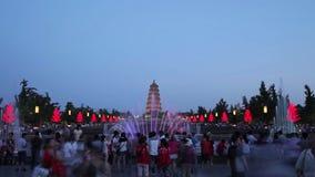 СИАНЬ - 27-ОЕ ИЮНЯ: Туристы на больших диких фонтанах пагоды гусыни придают квадратную форму, 27-ое июня 2013, город Сиань, прови акции видеоматериалы