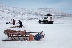 Сибирские розвальни, на фоне Мотовездехода и людей Россия, Сибирь, Yamal Стоковое Фото