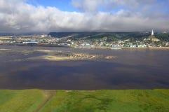 Сибирский город Khanty-Mansiysk, взгляда воздуха от реки Стоковые Изображения RF