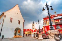Сибиу, Румыния - меньшая башня квадрата и совета, город Transylvanian saxon стоковое изображение
