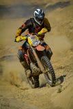 СИБИУ, РУМЫНИЯ - 18-ОЕ ИЮЛЯ: Конкурент в красном ралли Bull ROMANIACS трудном Enduro с мотоциклом KTM Самое трудное ралли enduro  Стоковое Изображение