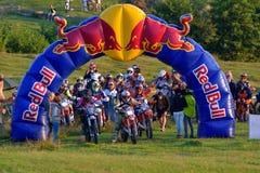 СИБИУ, РУМЫНИЯ - 18-ОЕ ИЮЛЯ: Неизвестный состязаться в красном ралли Bull ROMANIACS трудном Enduro с мотоциклом KTM 300 Стоковые Изображения