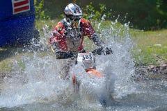 СИБИУ, РУМЫНИЯ - 18-ОЕ ИЮЛЯ: Andreas Bauer состязаясь в красном ралли Bull ROMANIACS трудном Enduro с мотоциклом SHAL Стоковое фото RF